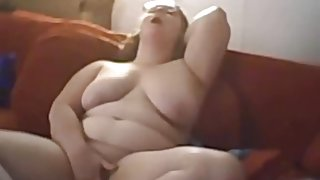Chubby babe masturbates on bed