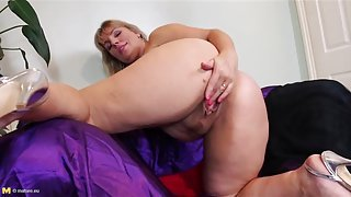 Chubby ass solo mature babe masturbates solo